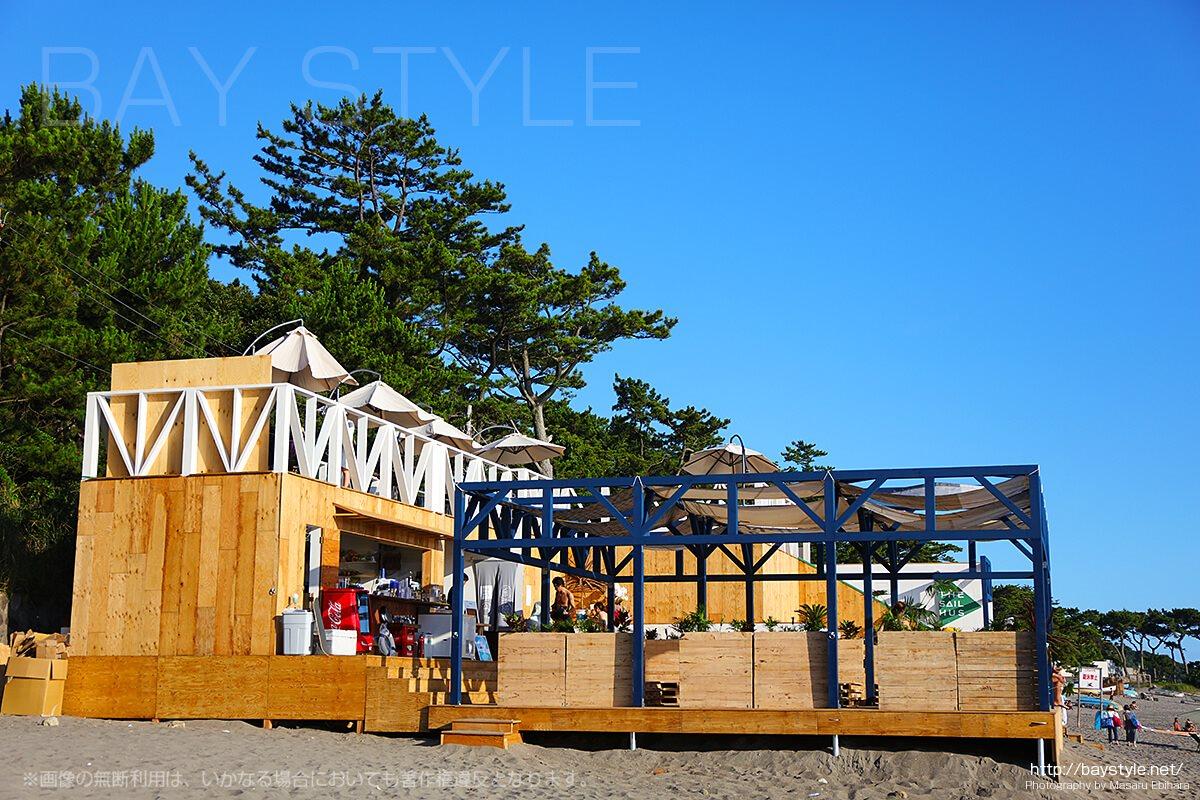 一色海水浴場の海の家、「THE SAIL HUS」の外観