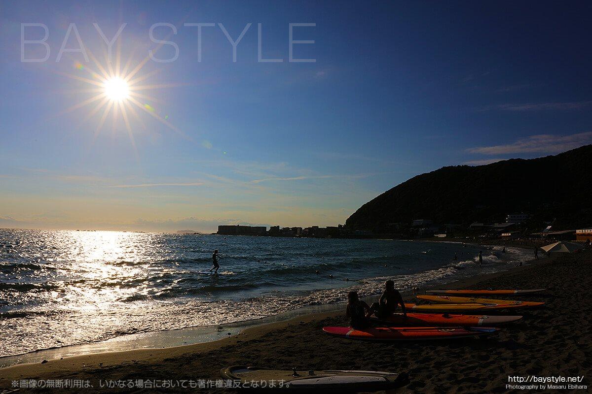 葉山の海でSUPを楽しむ人たち