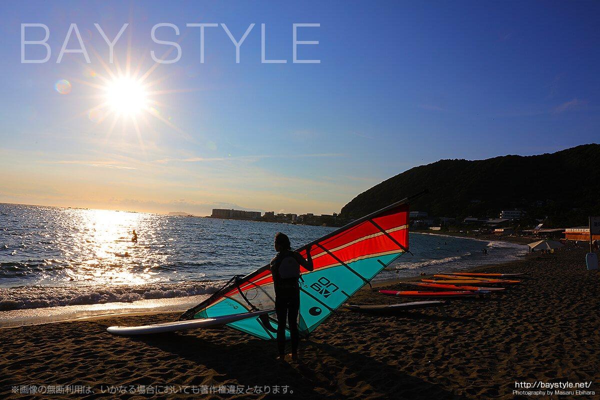 葉山の海でウインドウサーフィンを楽しむ女性