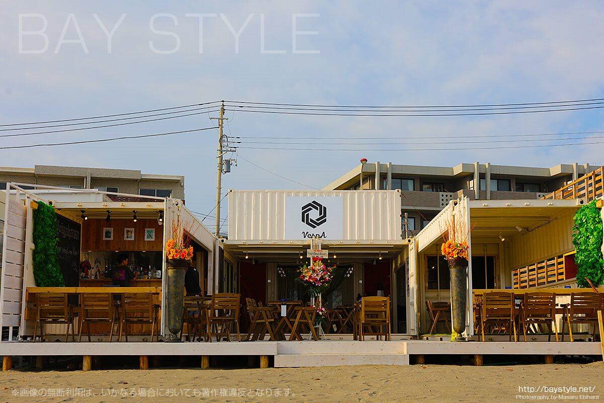 コンテナでできたベスパビーチリゾート、鎌倉由比ヶ浜海の家