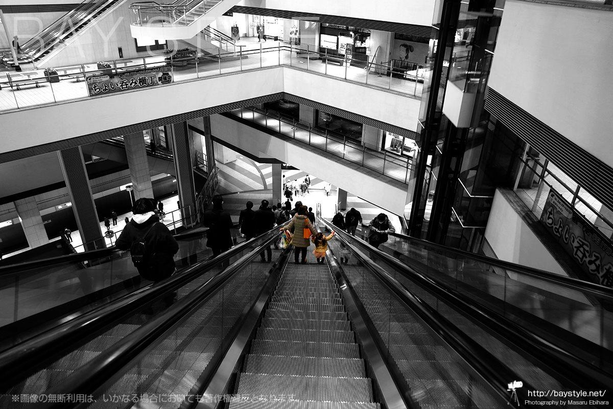 クイーンズスクエア横浜の長いエスカレーター