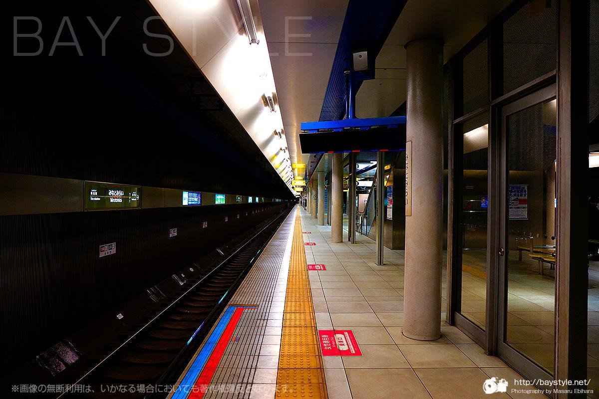 みなとみらい駅の長いホーム