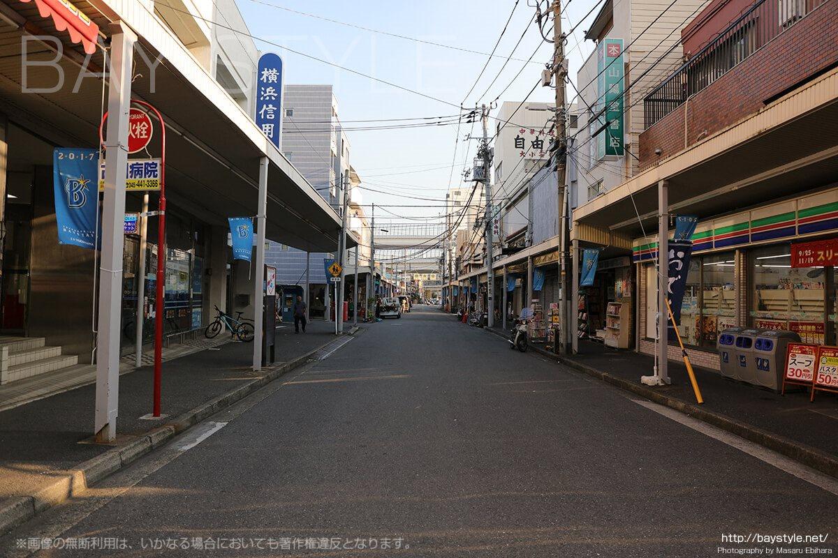 生麦駅前の商店街