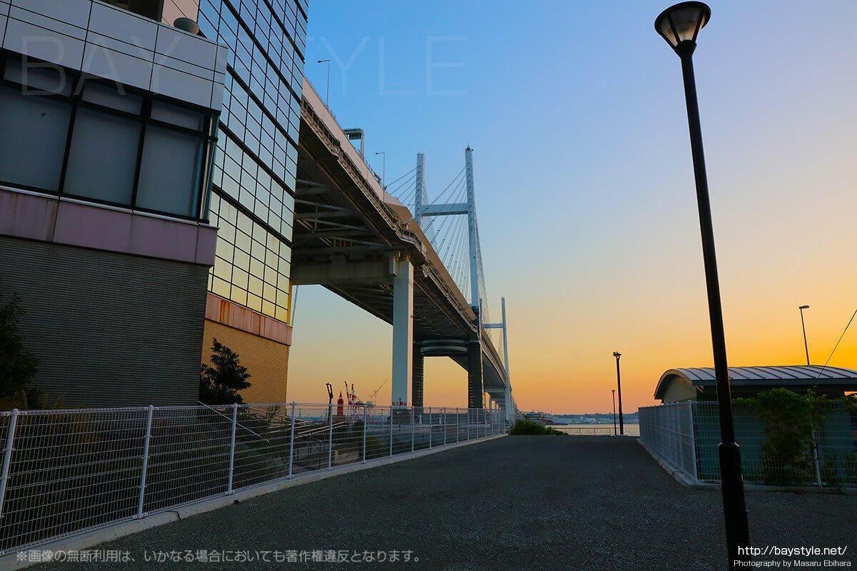 夕暮れの横浜ベイブリッジ