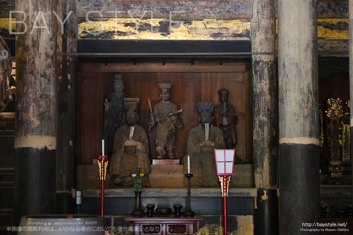 建長寺仏殿内部の伽藍神