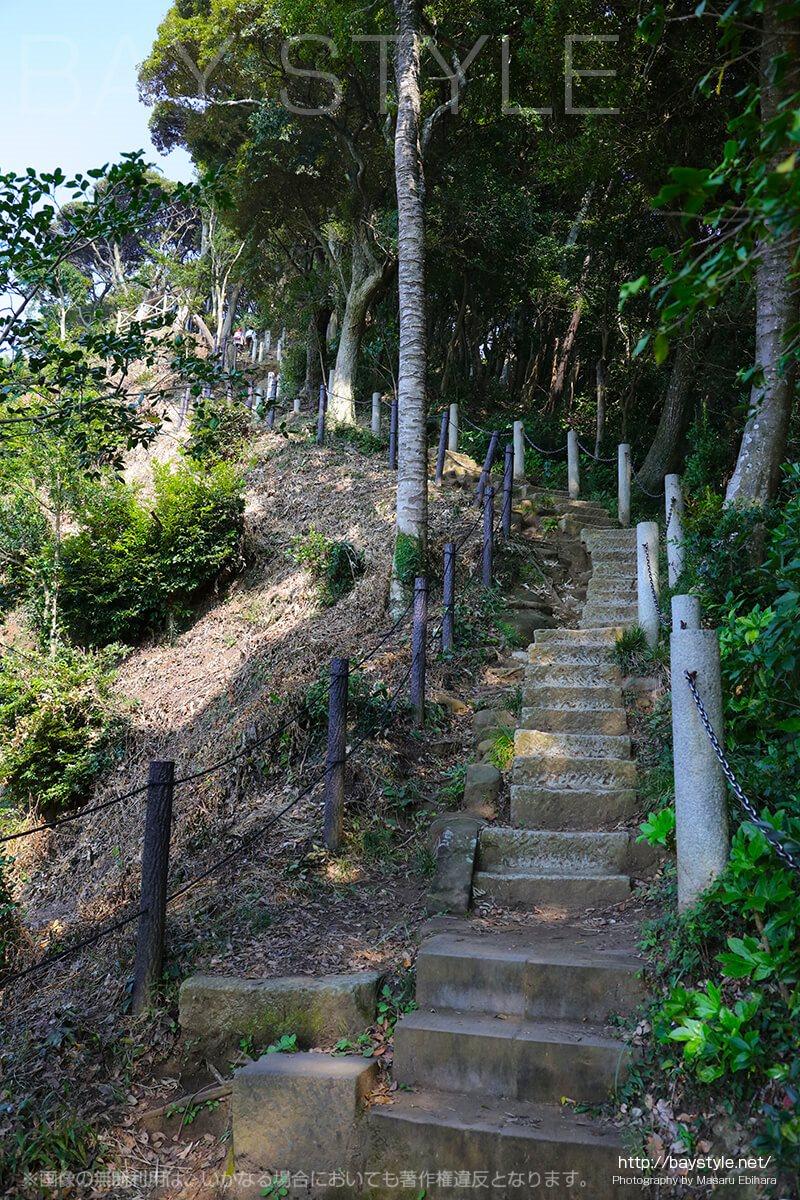 半僧坊から勝山獄展望台へと続く急勾配な階段