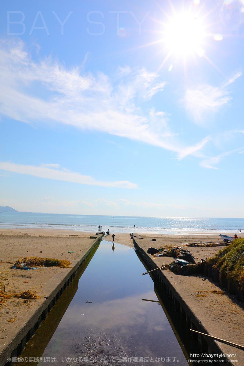 秋晴れの穏やかな由比ガ浜海岸