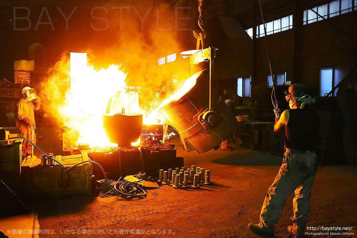 鋳型に溶かした鉄が注がれる瞬間