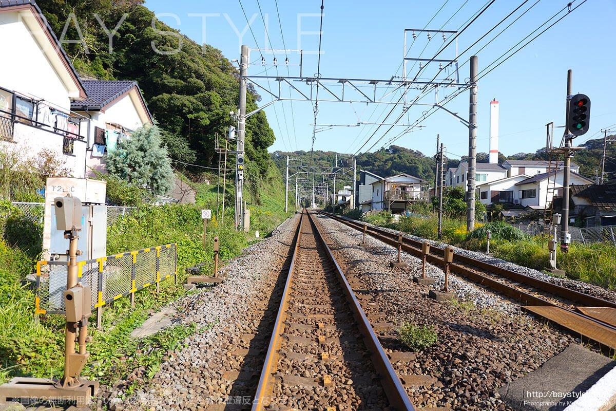 安国論寺から長勝寺へと向う間にある横須賀線の踏み切り