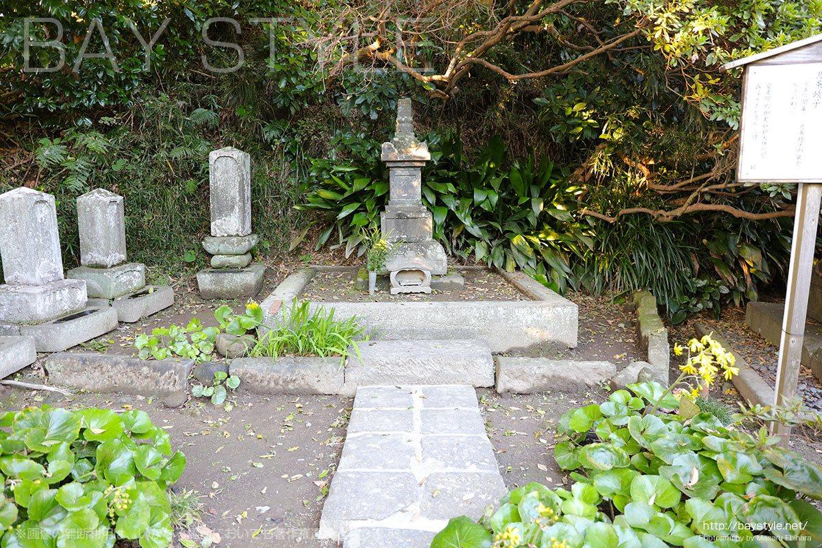 北条政子の墓と伝えられている石碑