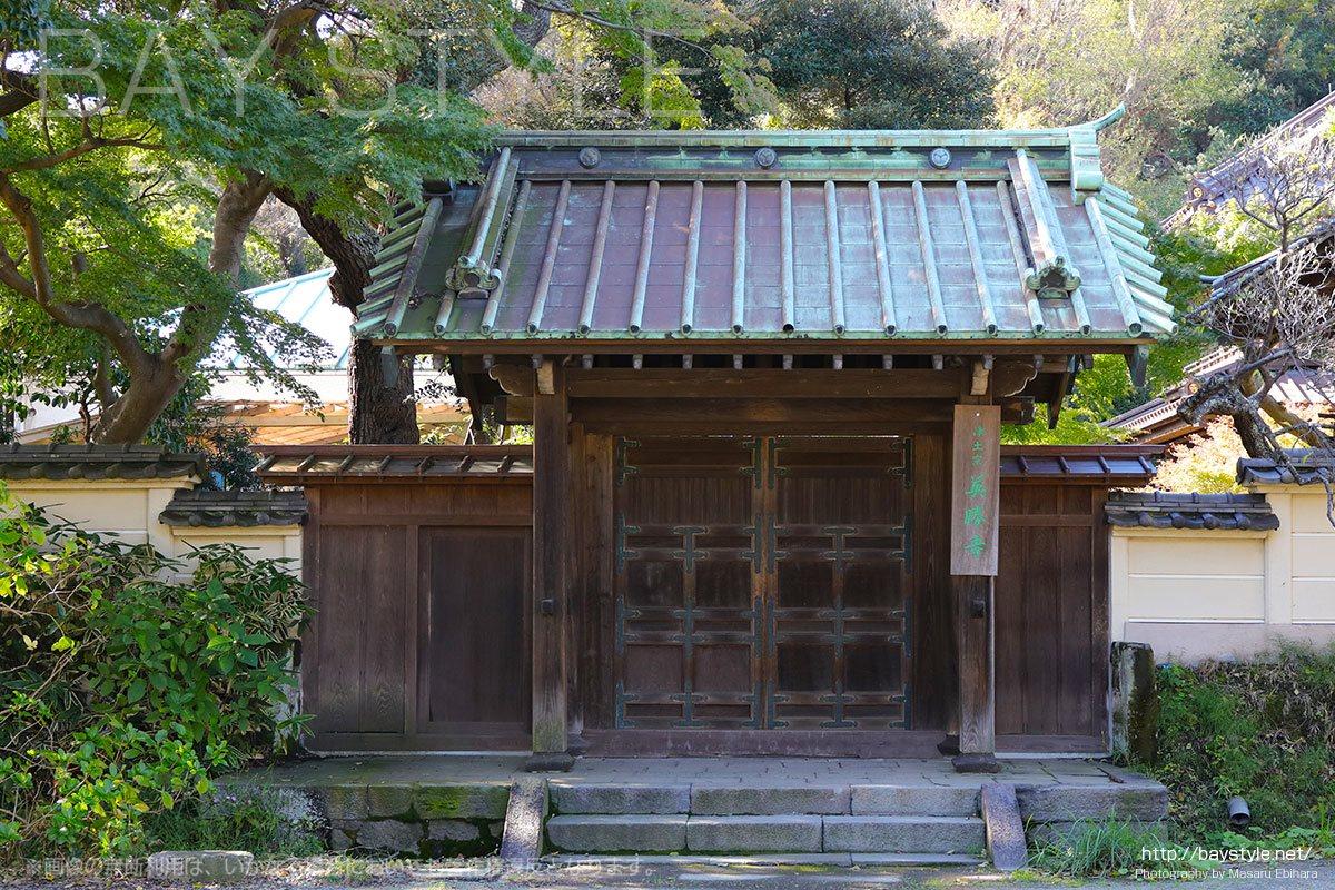 鎌倉駅から英勝寺に向うと目の前に現れる門