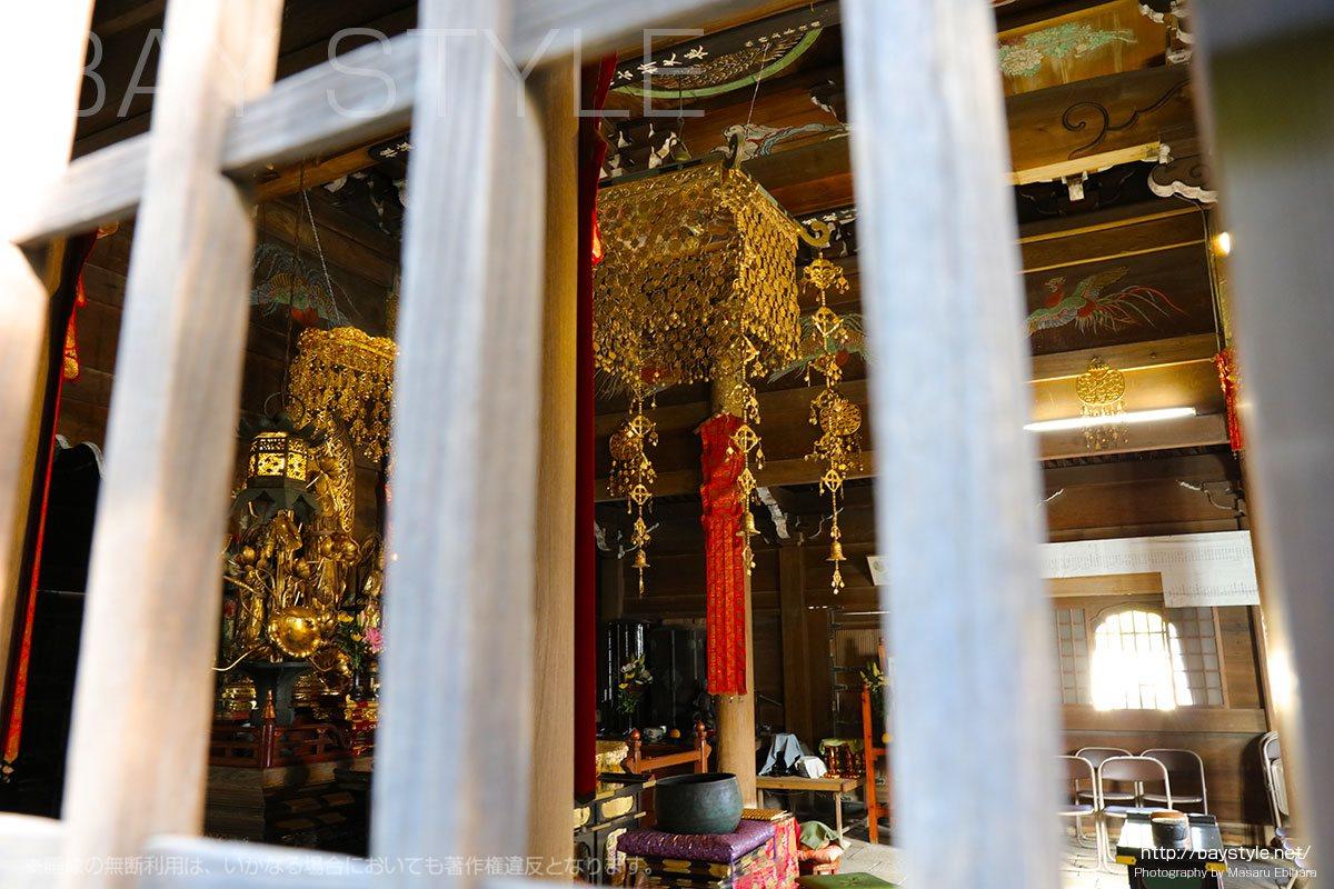 仏殿の脇にある小窓から見える阿弥陀三尊立像