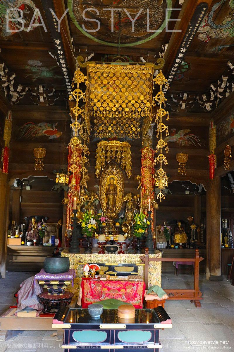 黄金に輝く英勝寺の仏殿
