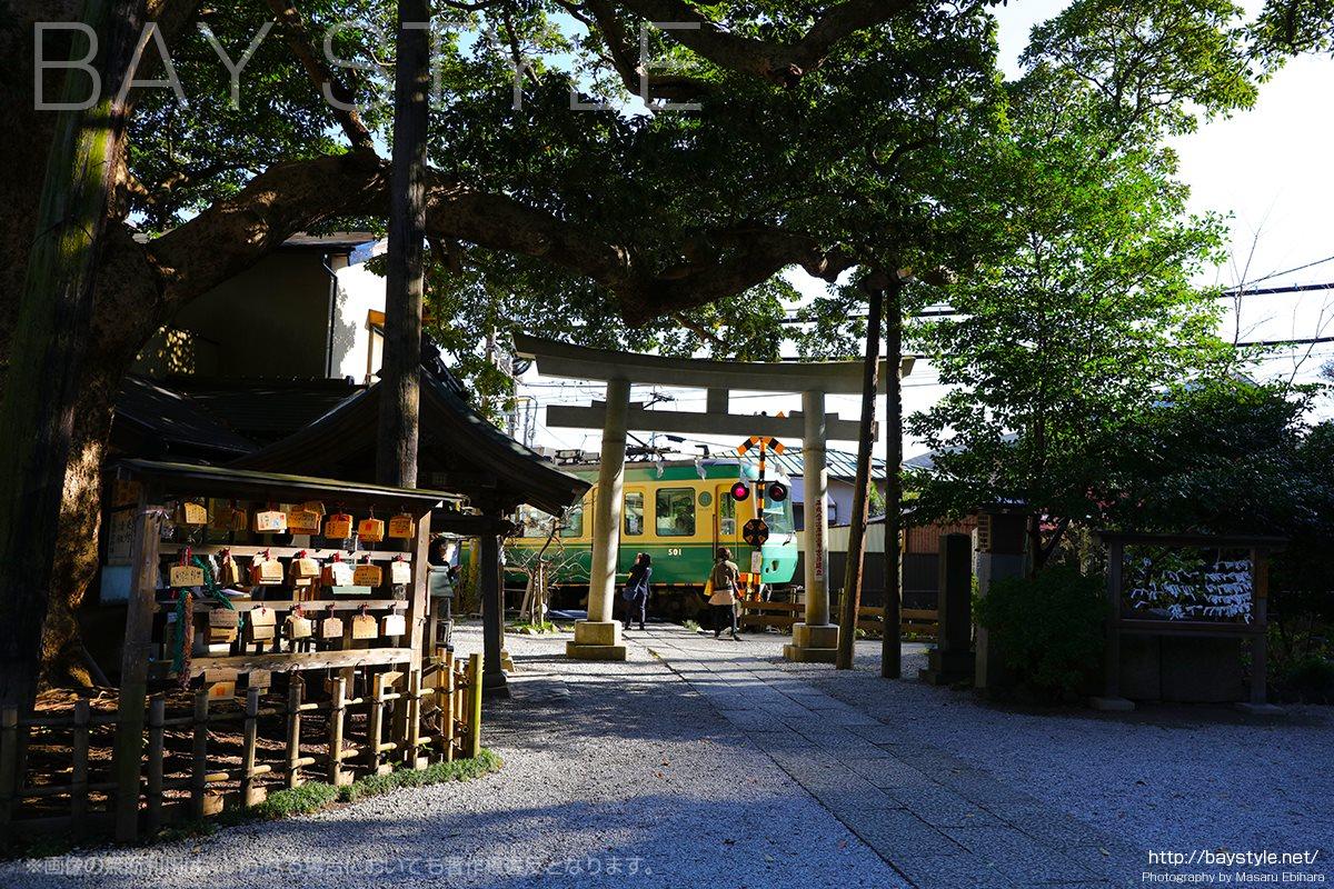 御霊神社の前を通過する江ノ電