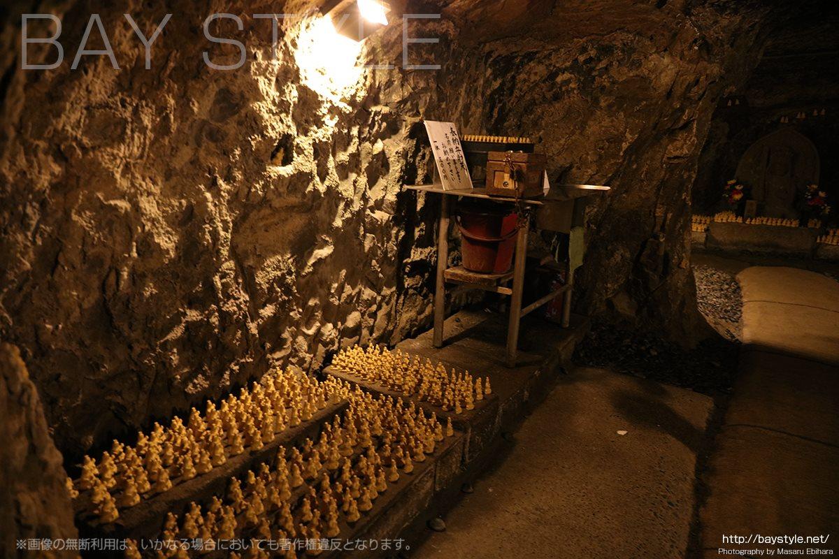 弁天窟内部にある十六童子