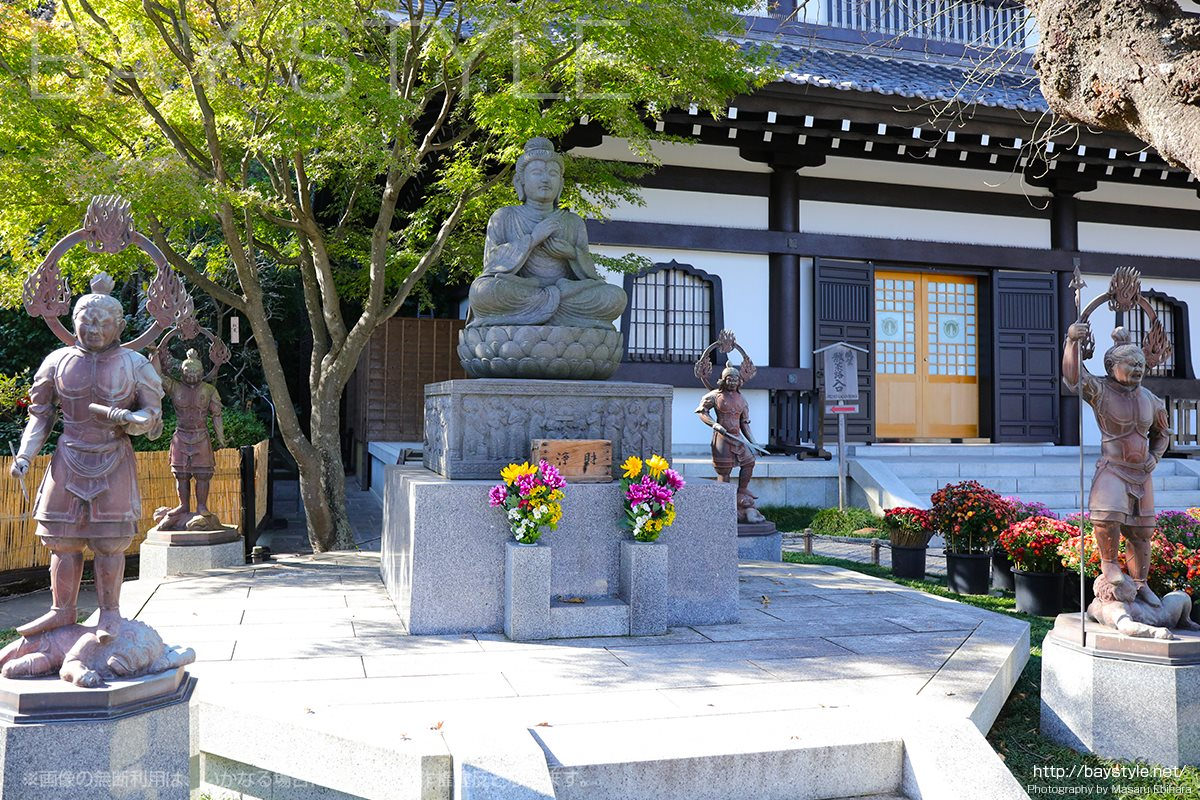 観音ミュージアム前の仏像