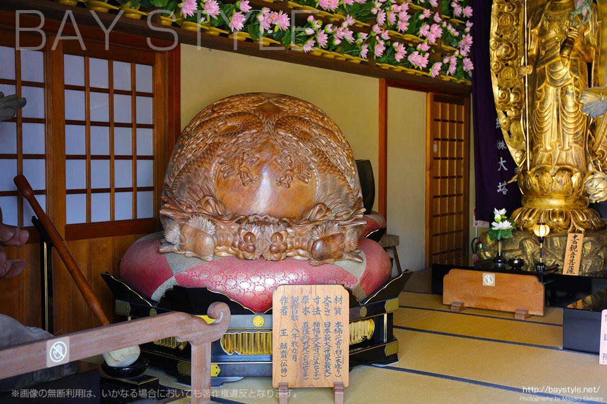 阿弥陀堂内部の世界最大級の木魚