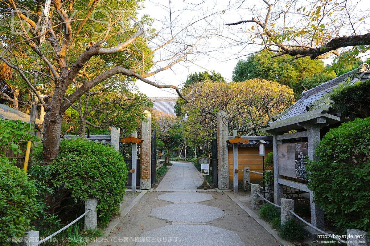 宝戒寺の門前