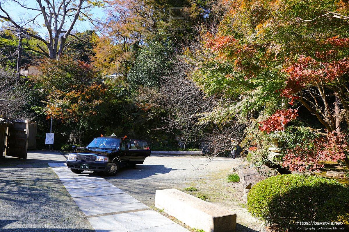 覚園寺に停車するタクシー