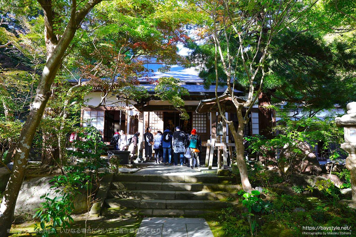 覚園寺の拝観案内に集合する人々
