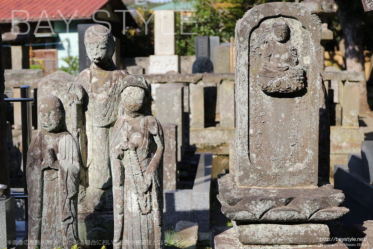 光触寺の境内の仏像