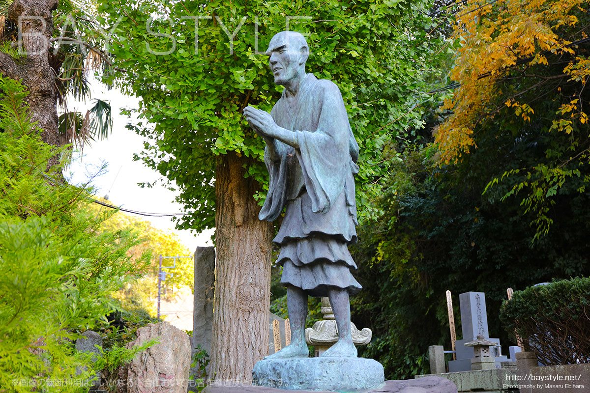光触寺の創立者である一遍上人の像