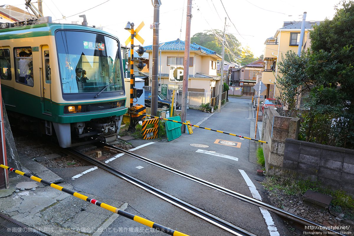 満福寺前を通過する江ノ電