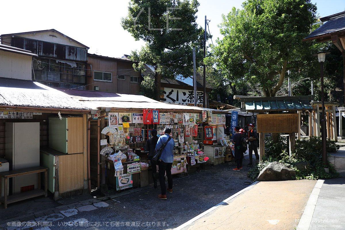 平日でも賑わっている銭洗弁財天宇賀福神社の境内
