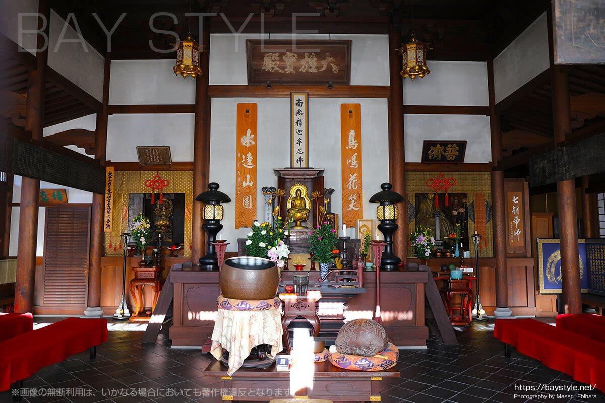 千手観音像(左)、釈迦牟尼仏(正面)、夢窓国師像(右)