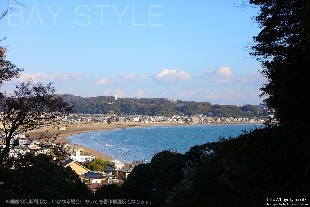 成就院の入口から一望できる鎌倉材木座海岸、由比ガ浜海岸