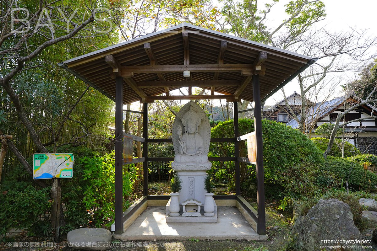浄光明寺の入口付近に祀られている仏像