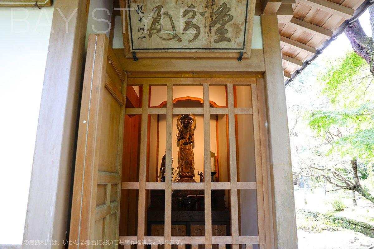 木造観音菩薩立像が祀られた格子の御堂