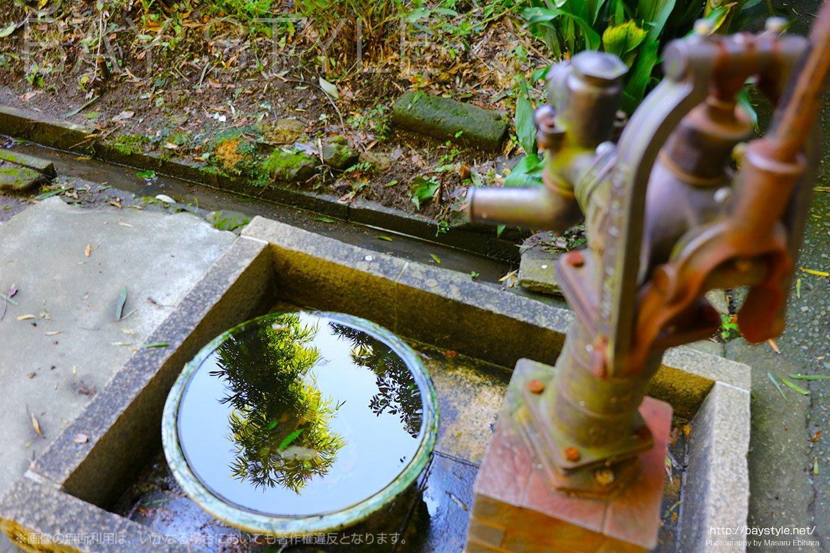 お墓を洗う用に設置された水ポンプ