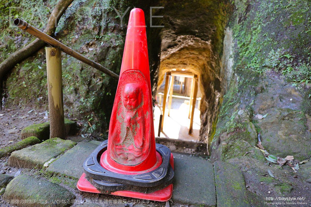 お地蔵さんの形をした工事などで利用される赤いポール