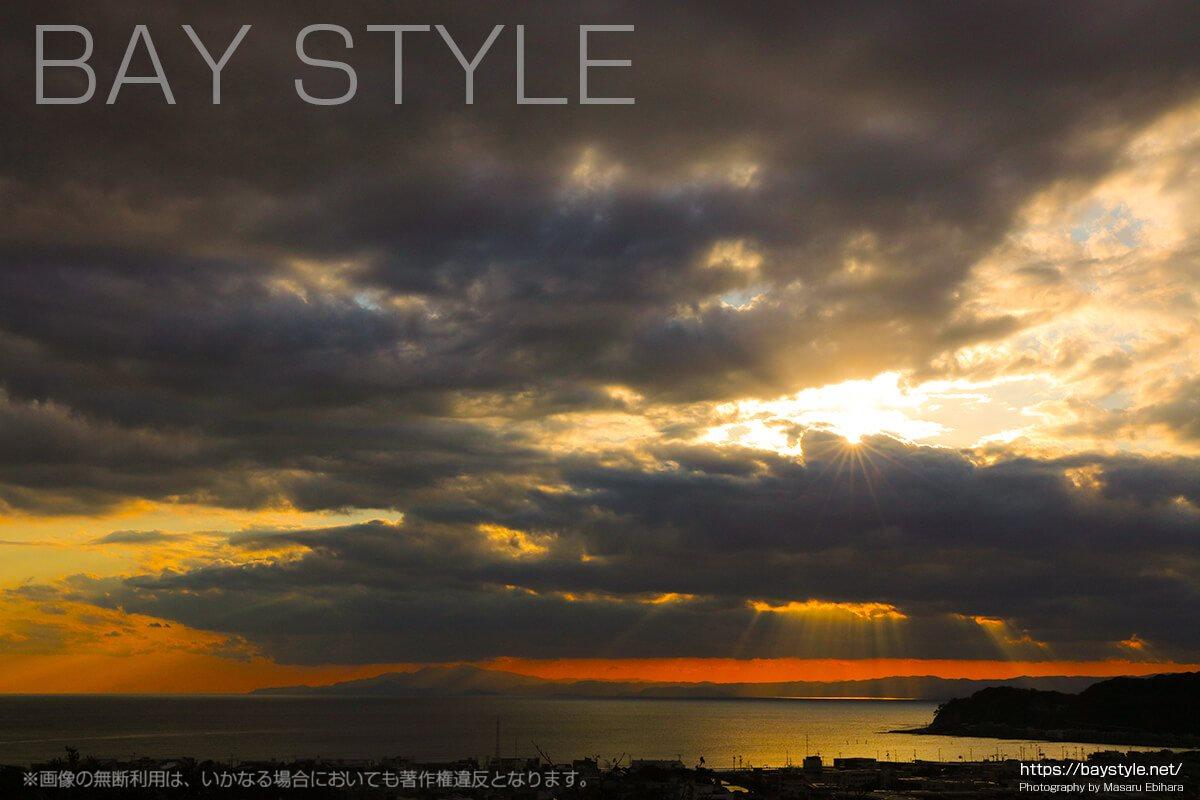 鎌倉由比ガ浜に降り注ぐ天使のはしご