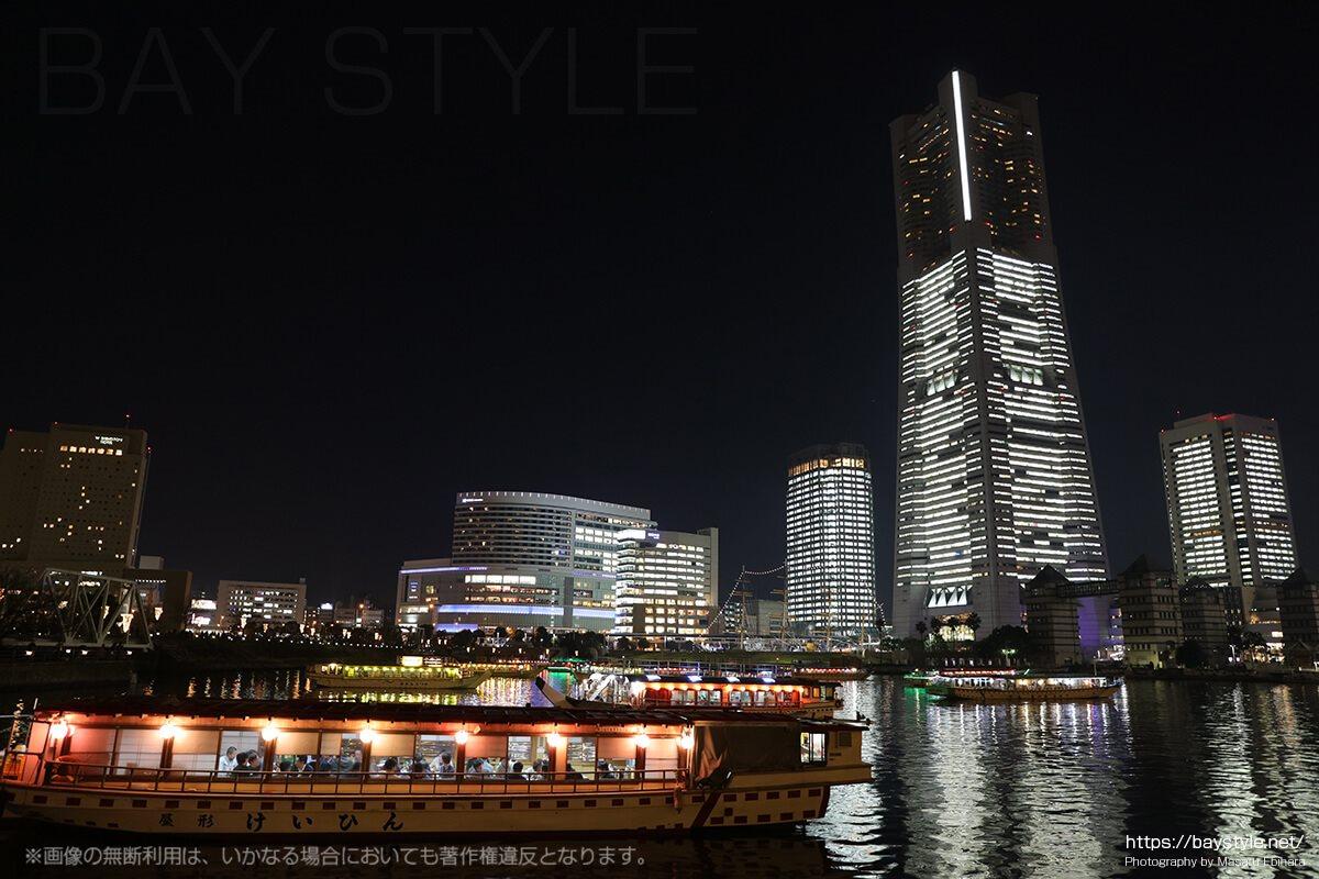 全館ライトアップ時の屋形船とランドマークタワー