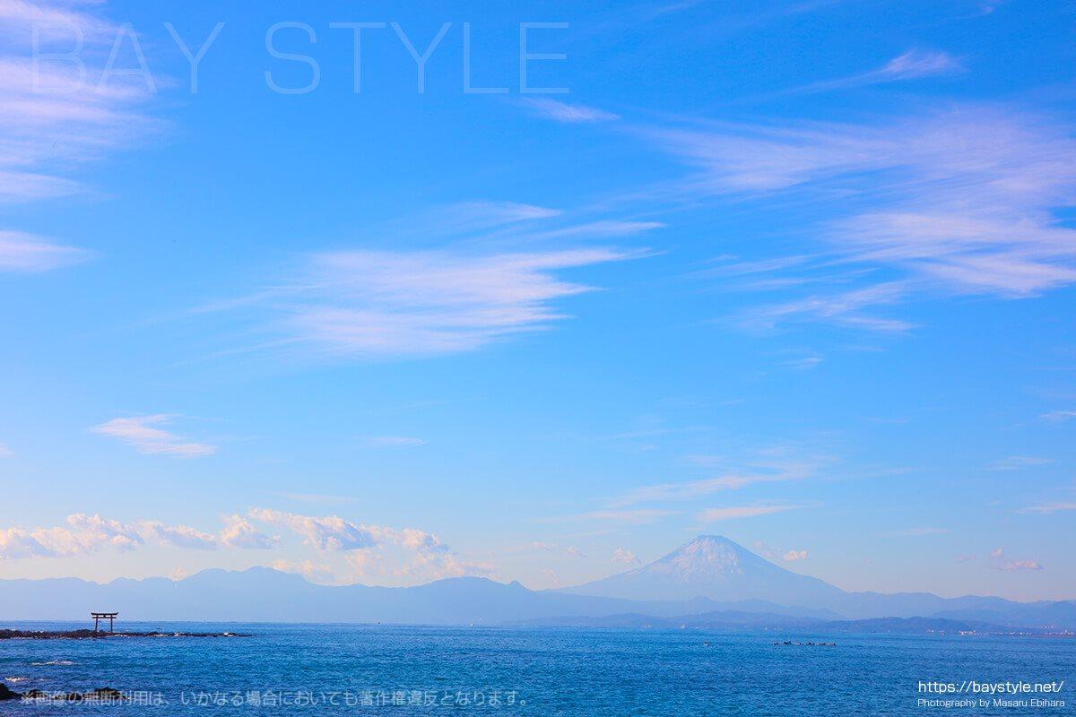 森戸海岸から眺める雪化粧した富士山