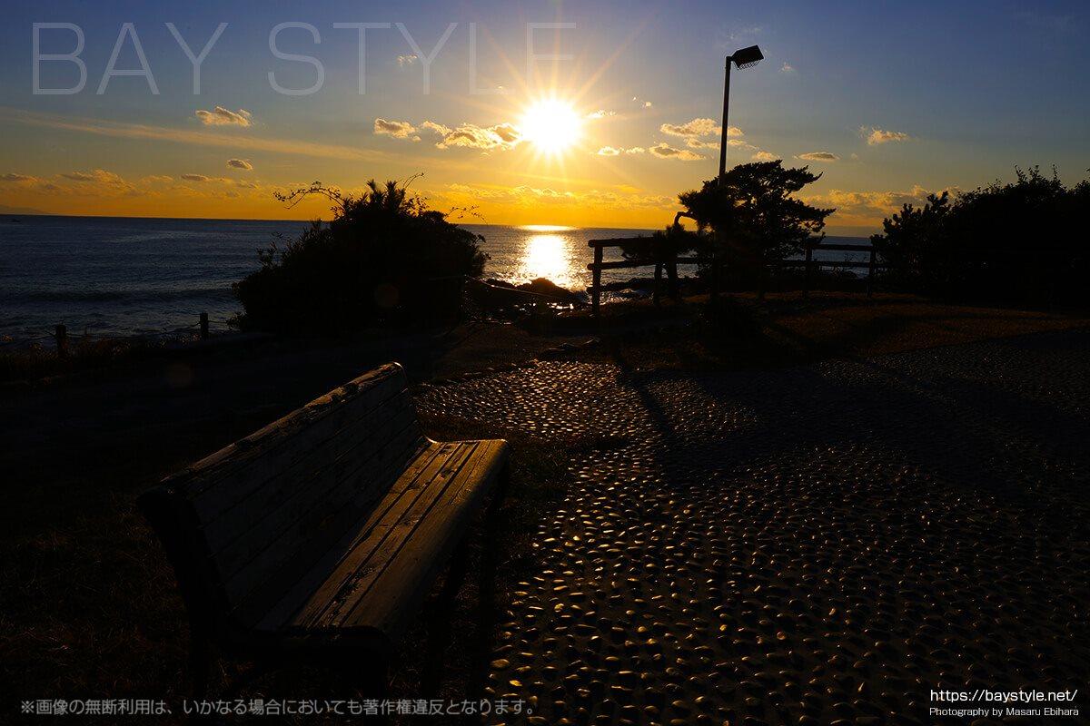立石公園の夕暮れのベンチ