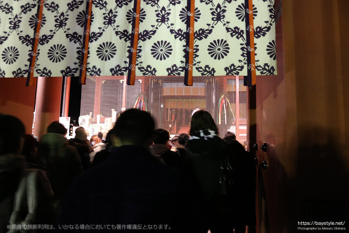 初詣の鶴岡八幡宮本殿前