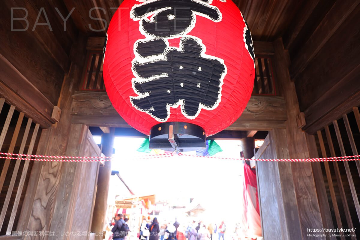 鎌倉えびす、本えびす開催期間中の本覚寺の正門の一番大きな赤提灯