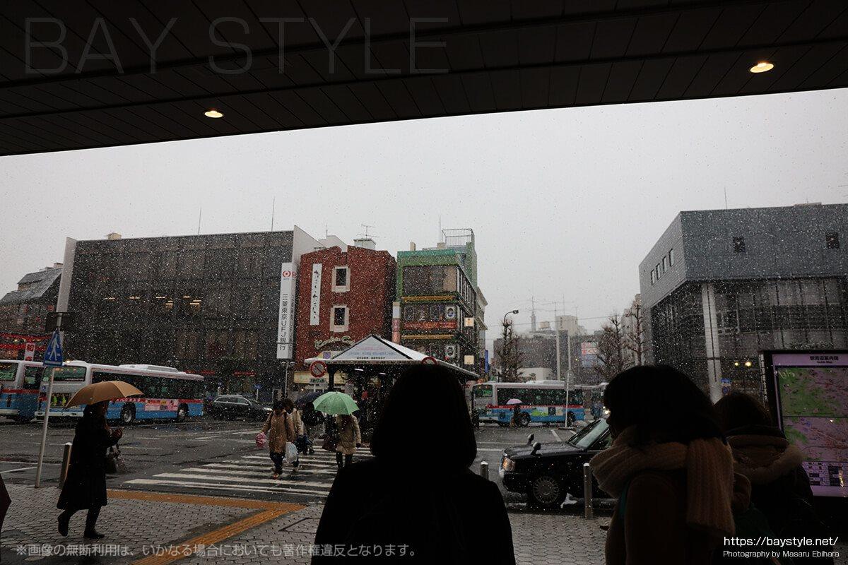 雪がしんしんと降り始めた鎌倉駅前の様子