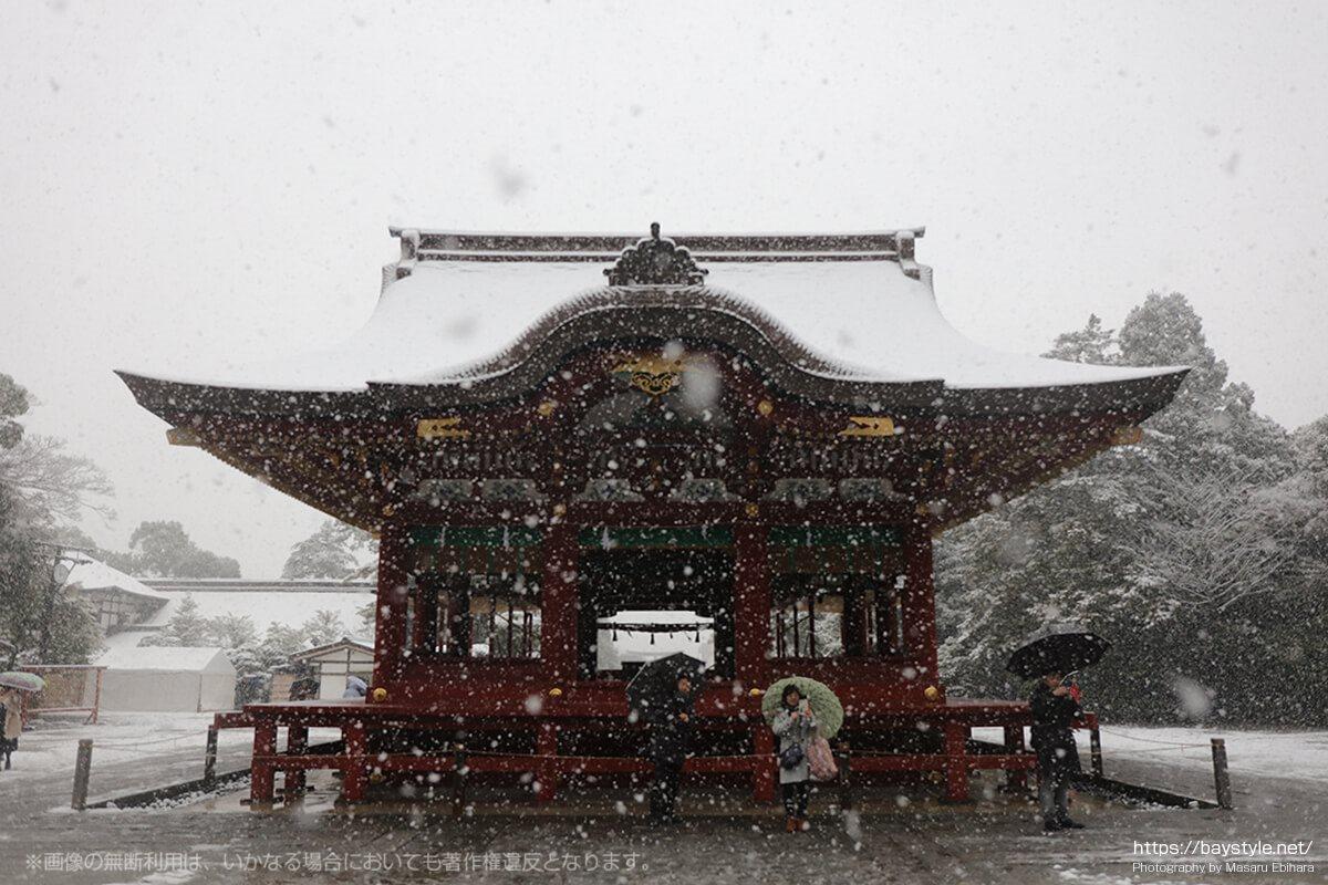 雪降る中の舞殿