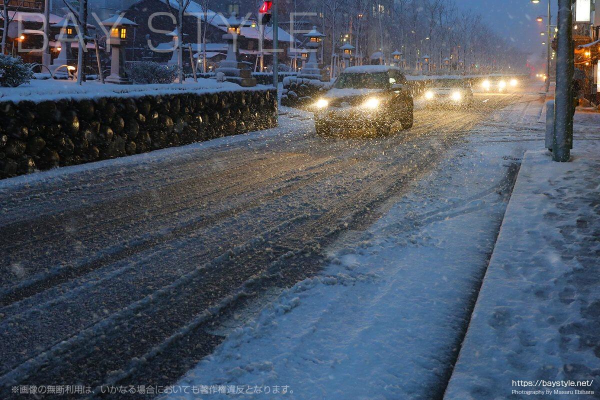 雪の日に走行する車