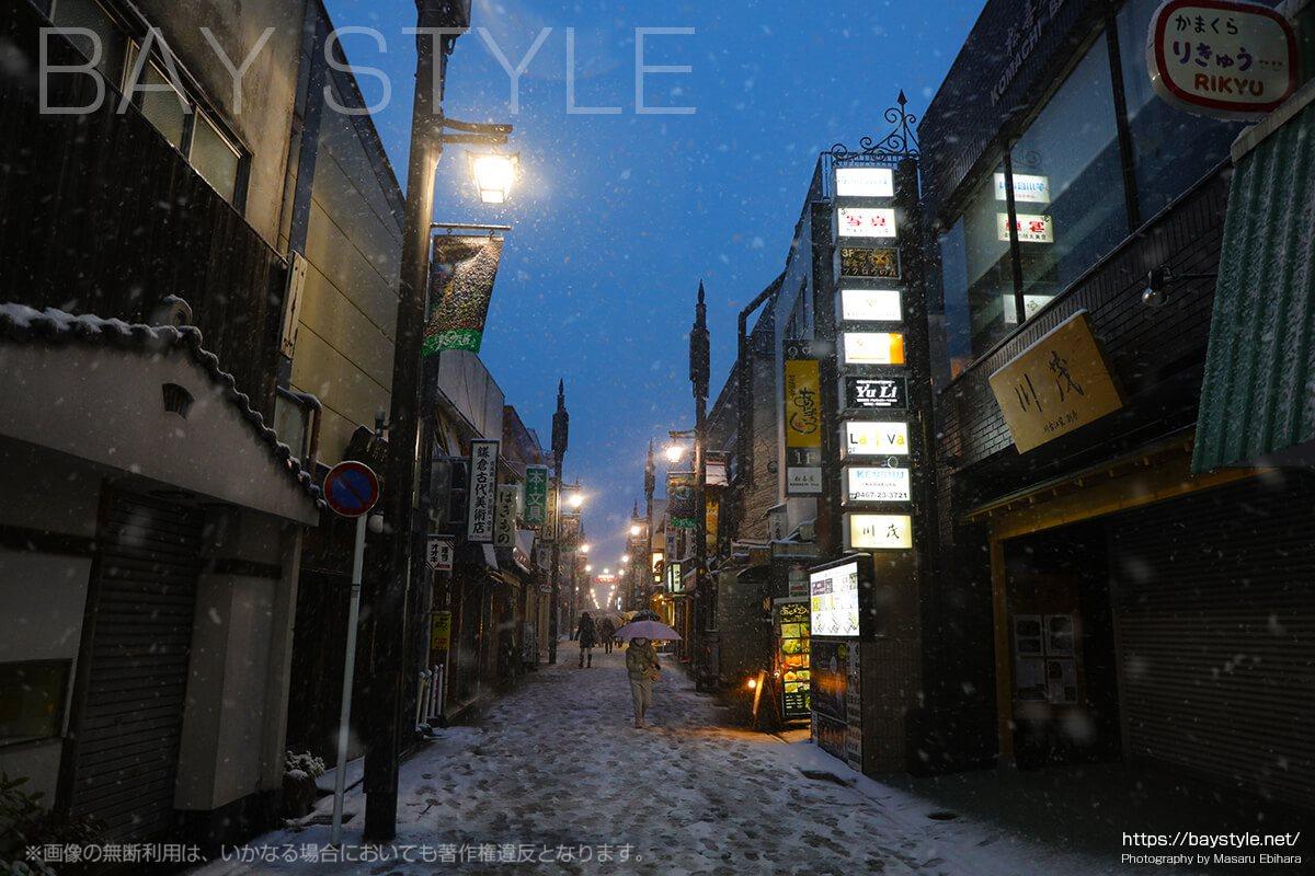 本格的に雪が降り始めた小町通り