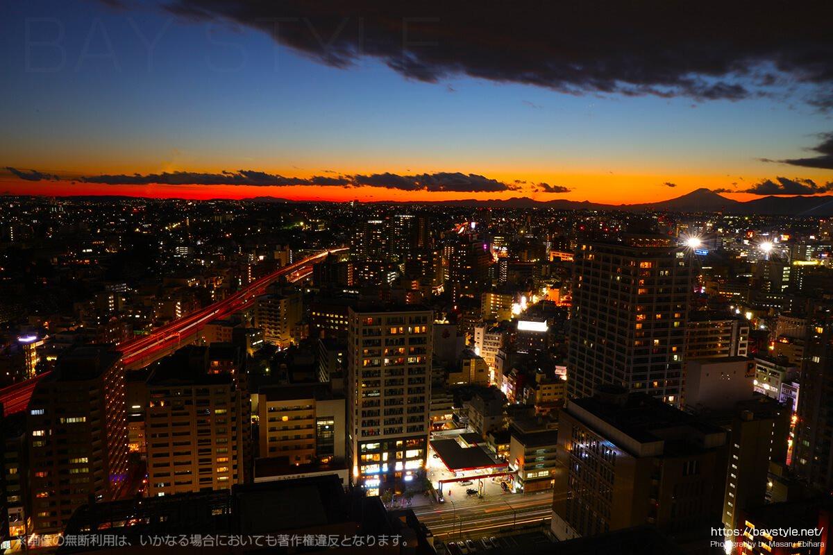 横浜マリンタワーからの富士山と横浜の夜景