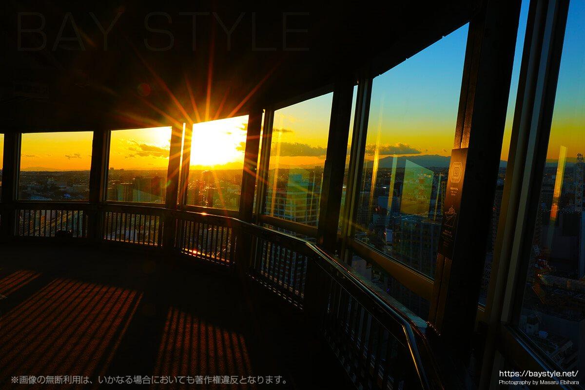 夕暮れの30階展望フロアー