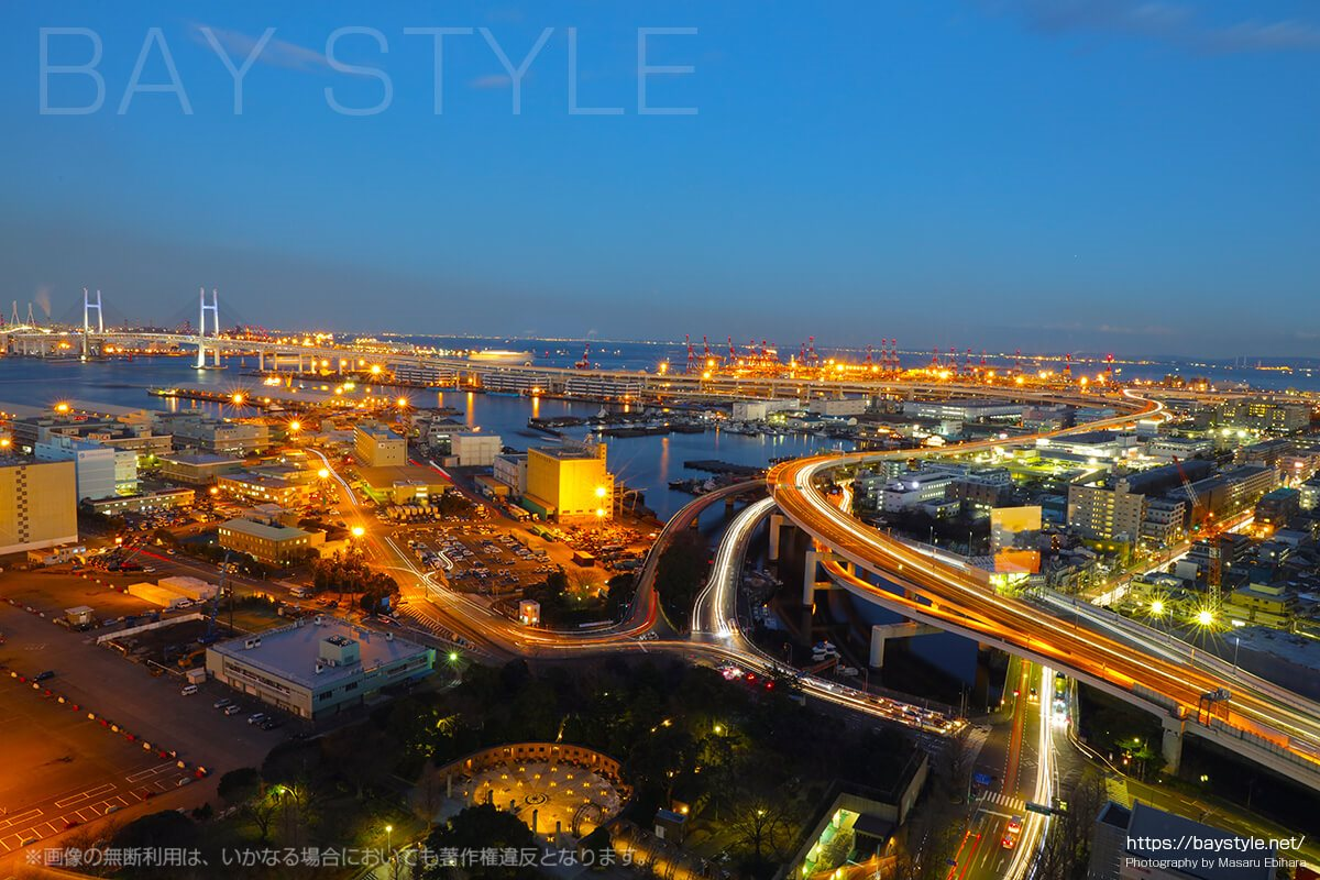 日没直後の横浜ベイブリッジが見える首都高速湾岸線方面の景色
