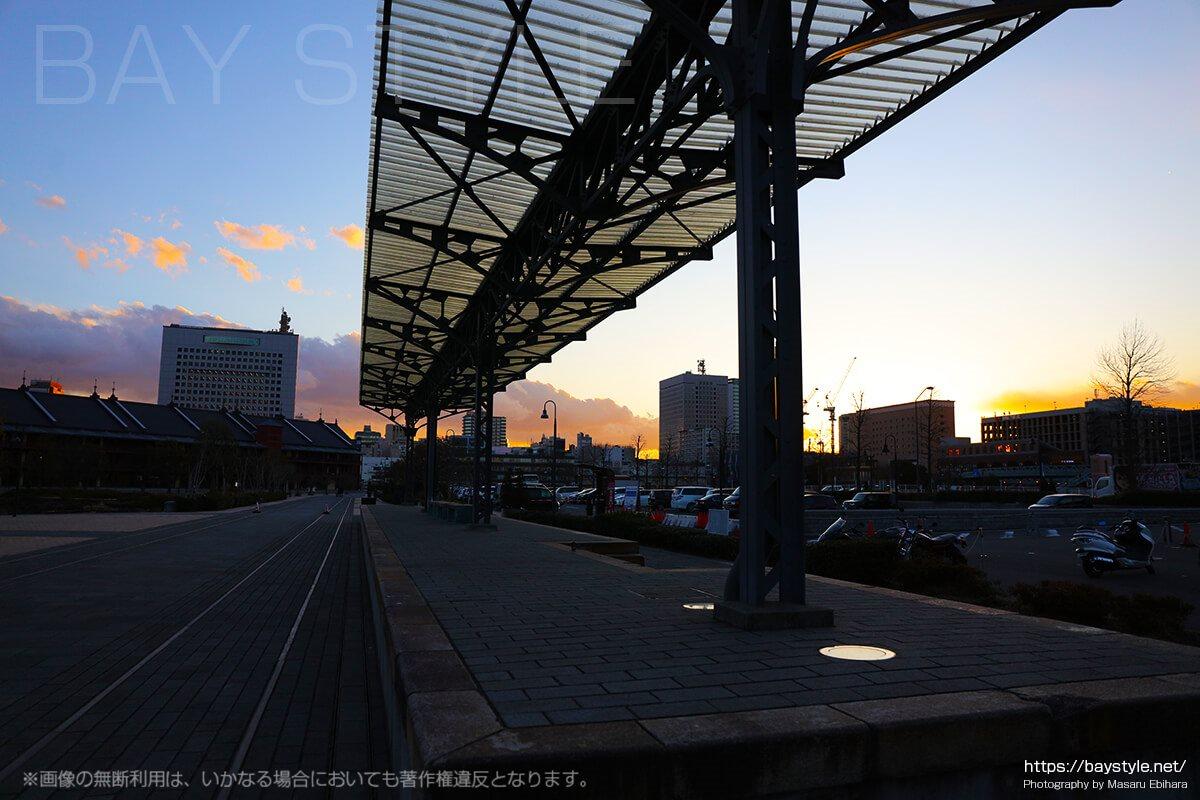 夕暮れの旧横浜港駅プラットホーム