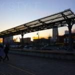 旧横浜港駅プラットホームの前を通過する人