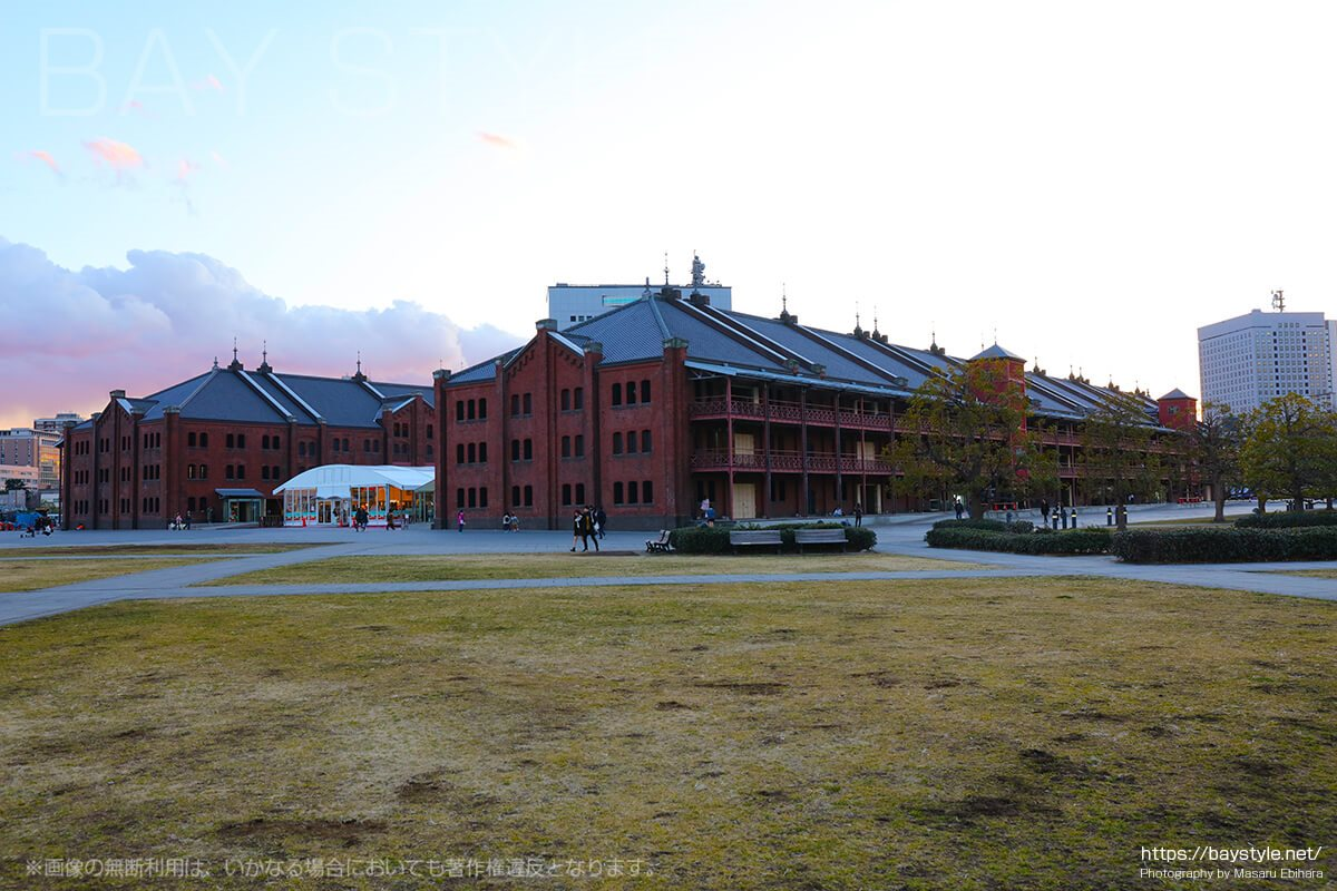 旧横浜港駅プラットホームの目の前は、赤レンガ倉庫